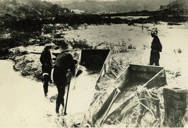 斐伊川の砂鉄採取